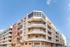 2 bed, 1 bath apartment close to popular Habaneras shopping centre in Torrevieja