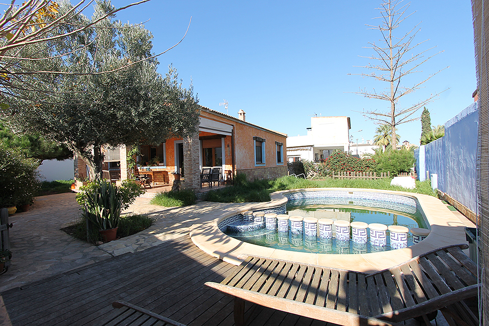 Detached three bedroom bungalow on 525m2 plot for sale in Montezenia